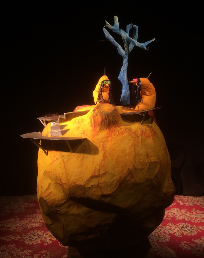 Puppet planet Bühnenbild Muriel Camus theatre anima banana