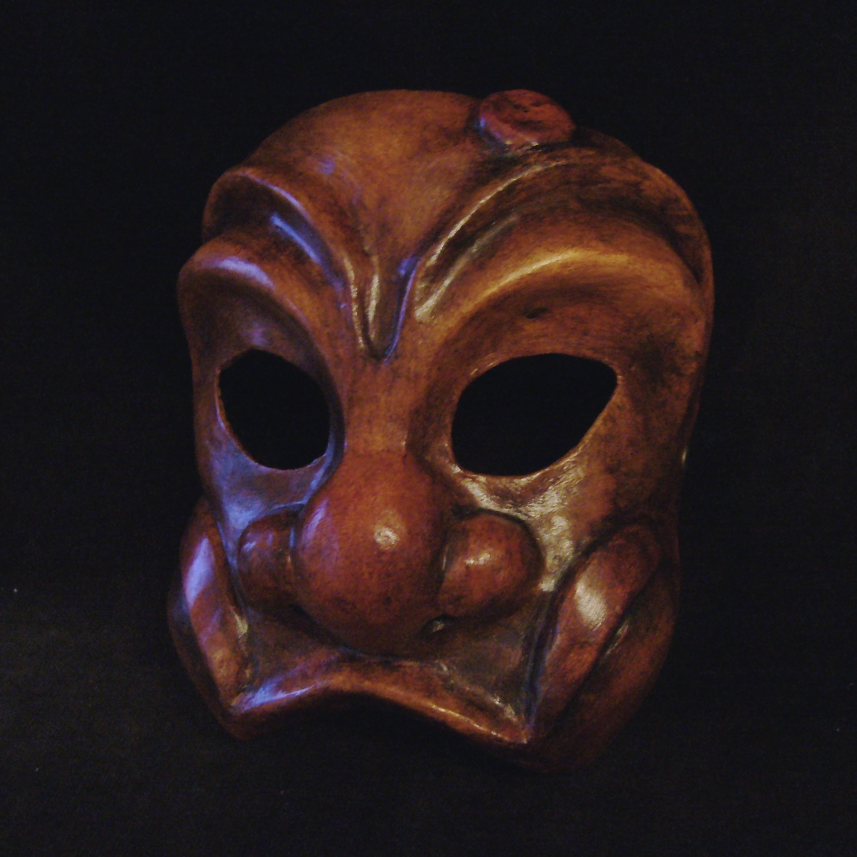 Masque de commedia dell'arte en cuir et papier mâché.