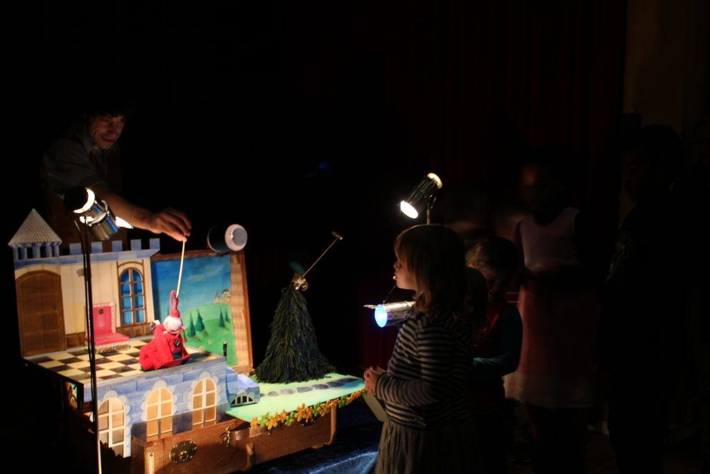 """Pierre Filliez en représentation avec """"Le Rossignol du Roi"""" - Musée-Théâtre Suisse des marionnettes de Fribourg"""
